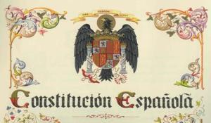 L'escut dels Reyes Católicos, i un afegitó, encapçalen la Constitució.